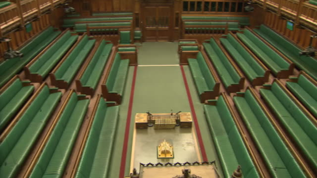 shows interior shots empty debating chamber the house of commons in london including green benches table of the house of commons dispatch boxes... - 庶民院点の映像素材/bロール
