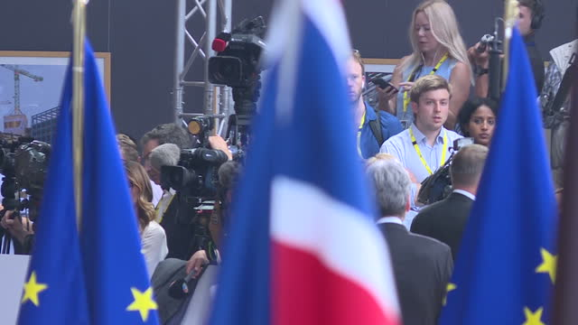 stockvideo's en b-roll-footage met shows interior shots flags of various nations including union jack, with press waiting for officials in background at the eu council headquarters.... - vaderlandsliefde