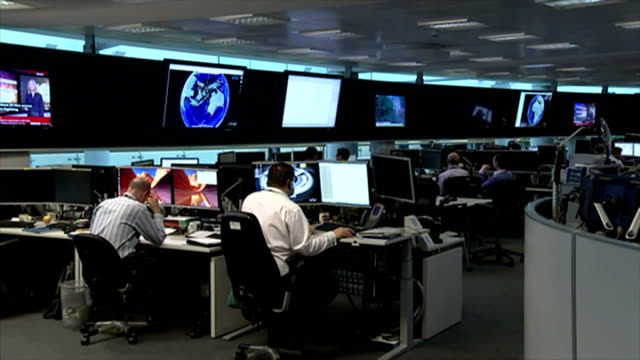 shows interior shots gchq employees sat in the 24hr operation centre. on january 16, 2015 in cheltenham, england. - terrorismo video stock e b–roll