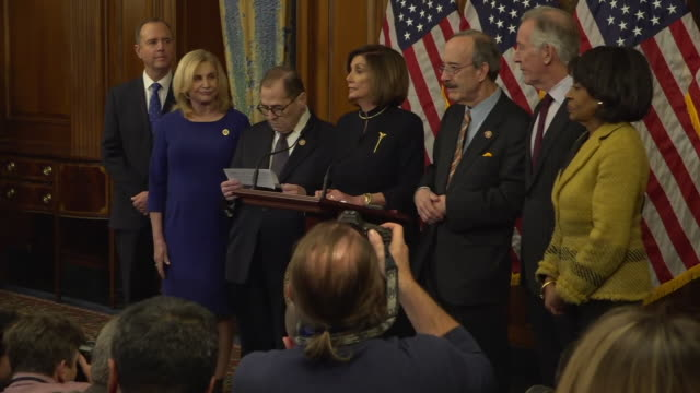 shows interior shots house speaker nancy pelosi entering the room and starting to speak at press conference after the impeachment vote, also present... - 米民主党点の映像素材/bロール