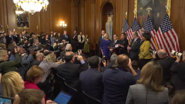shows interior shots house speaker nancy pelosi speaking at press conference after the impeachment vote, also present are representative maxine... - アメリカ合衆国下院点の映像素材/bロール