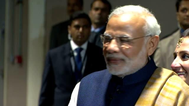 shows interior shots indian prime minister narendra modi walking with british prime minister david cameron and his wife samantha cameron and shaking... - premiärminister bildbanksvideor och videomaterial från bakom kulisserna