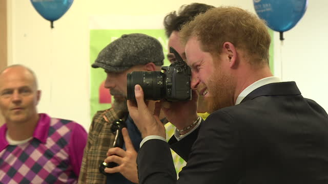 vídeos y material grabado en eventos de stock de shows interior shots prince harry taking photos of photographers surrounded by traders dressed in fancy dress prince harry was in the city today... - rodear