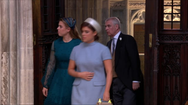 vídeos de stock e filmes b-roll de shows interior shots princess eugenie princess beatrice and prince their father andrew duke of york arriving at st george's chapel at the wedding of... - princesa