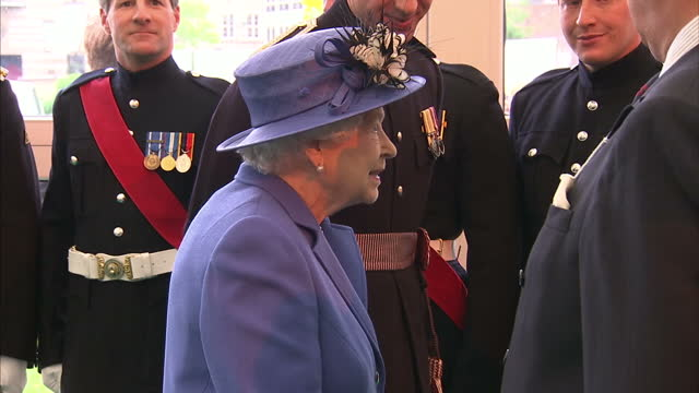 stockvideo's en b-roll-footage met shows interior shots queen elizabeth ii meeting officers and guests at honourable artillery company on june 01 2016 in london england - koninklijk persoon