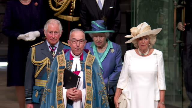 shows interior shots queen elizabeth ii moving to take position with prince charles prince of wales and camilla duchess of cornwall to be led to... - 礼拝点の映像素材/bロール