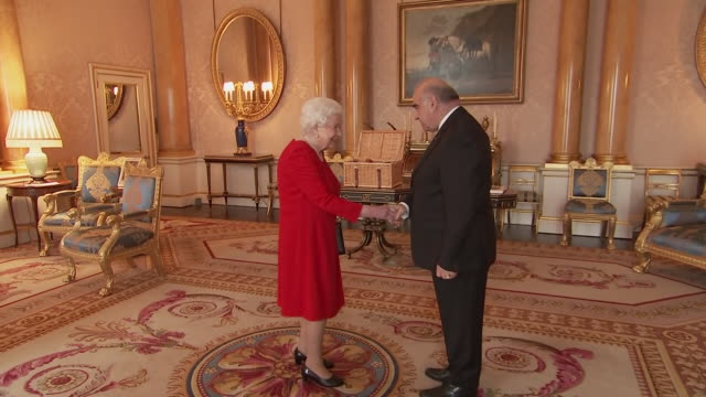 shows interior shots queen elizabeth ii of great britain meeting president of malta george vella and his wife miriam vella, at buckingham palace on... - エリザベス2世点の映像素材/bロール