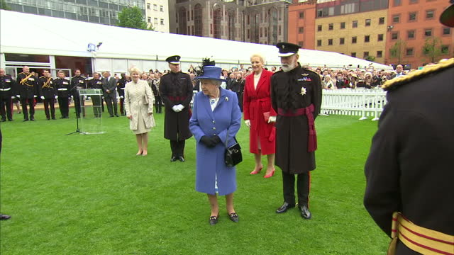 shows interior shots queen elizabeth ii signing guests book at the honourable artillery company and talking to colonel commandant general sir richard... - prinz michael von kent stock-videos und b-roll-filmmaterial