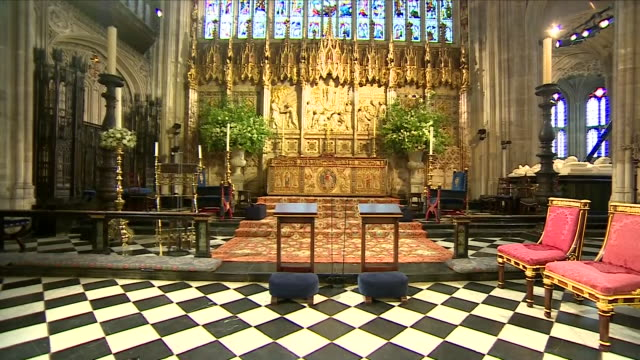 vidéos et rushes de shows interior shots st george's chapel decorated in preparation for the wedding of prince harry duke of sussex and meghan markle on the 19th may... - chapelle