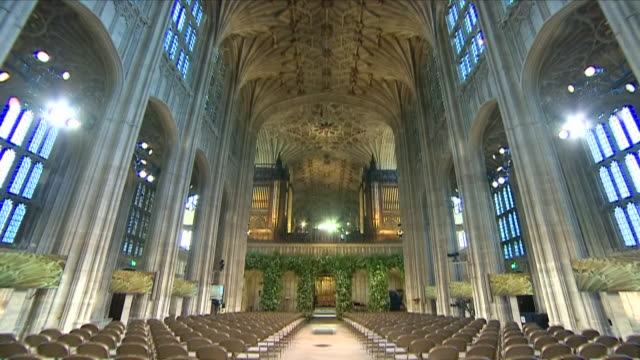 vidéos et rushes de shows interior shots st george's chapel decorated with flowers in preparation for the wedding of prince harry duke of sussex and meghan markle on the... - chapelle