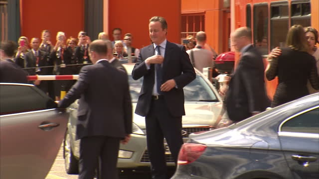 shows interior shots uk's prime minister and 'in' campaigner david cameron leaving stage in easyjet hanger in luton as staff clap and getting into... - david cameron politician stock videos & royalty-free footage