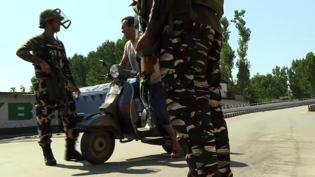 vidéos et rushes de shows kashmir under lockdown after the indian parliament's decision to remove the region's special status, military patrolling the streets, tourists,... - fête religieuse