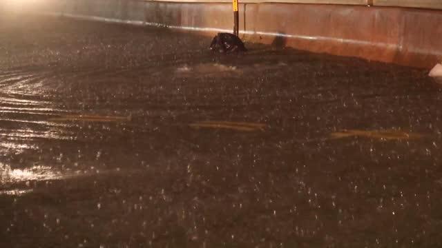 vídeos y material grabado en eventos de stock de shows large police response to multiple cars flooded out on fdr drive north at east 79th street on upper east side of manhattan. sb fdr drive was... - estado de alarma
