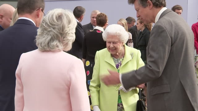 shows queen elizabeth ii at the chelsea flower show, in london on monday 20th may, 2019. - festival dei fiori di chelsea video stock e b–roll