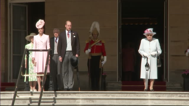 shows queen elizabeth ii, prince william, duke of cambridge, and catherine, duchess of cambridge arriving for the royal garden party at buckingham... - palats bildbanksvideor och videomaterial från bakom kulisserna