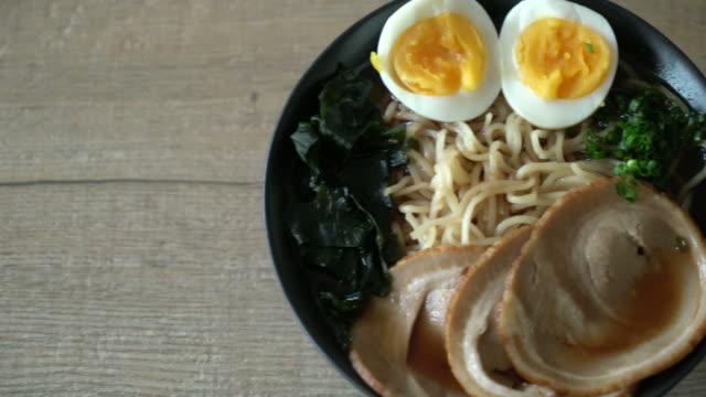 shoyu-ramen-nudeln mit schweinefleisch und ei - essbesteck stock-videos und b-roll-filmmaterial