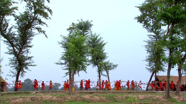 shravani mela is major festival in india (saffron-clad pilgrims bringing holy water around 100 km on foot) - pellegrino video stock e b–roll