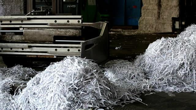 zerkleinertes papier bereit für das recycling-prozess pan - akte stock-videos und b-roll-filmmaterial