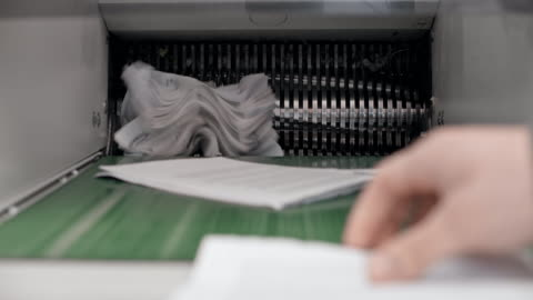 tu fragmentering maskin förstöra dokument - papper bildbanksvideor och videomaterial från bakom kulisserna
