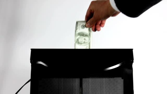 vídeos de stock, filmes e b-roll de pegando dinheiro desperdício de fundos/vídeo - farrapo