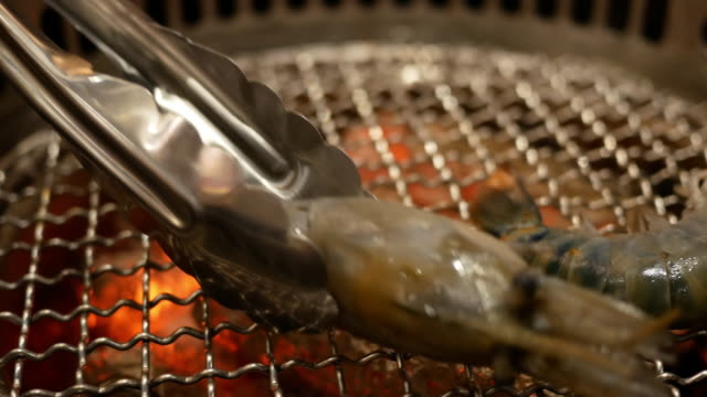 shrimp grill on the table - grigliare video stock e b–roll