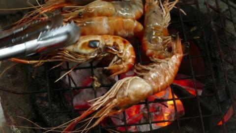 vídeos y material grabado en eventos de stock de camarones en la parrilla - asado alimento cocinado
