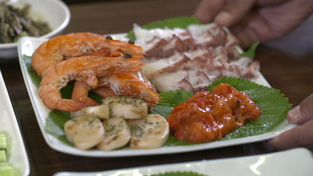 shrimp, parboiled octopus, sea squirt, and scallop on the plate (korean food) - grigliare video stock e b–roll