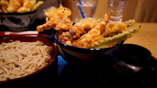 vídeos de stock, filmes e b-roll de comida japonesa de tempura de camarão - comida japonesa