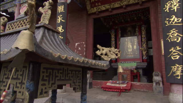 ms shrine and glass encased buddha statue at fawang shaolin temple/ henan province, china - ca. 7 jahrhundert stock-videos und b-roll-filmmaterial