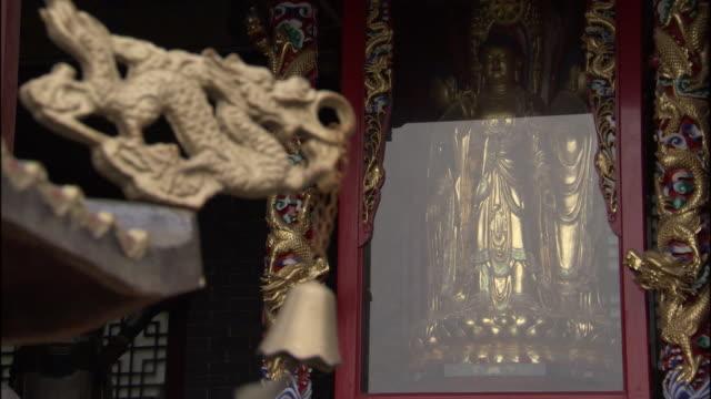 vídeos de stock e filmes b-roll de ms shrine and prayer mat at fawang shaolin temple/ henan province, china - por volta do século 7 dc