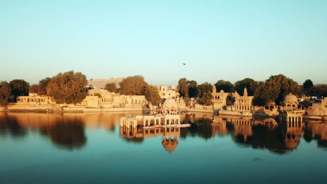 shrines and temples at gad sisar lake, jaisalmer, india - rajasthan. - indien stock-videos und b-roll-filmmaterial