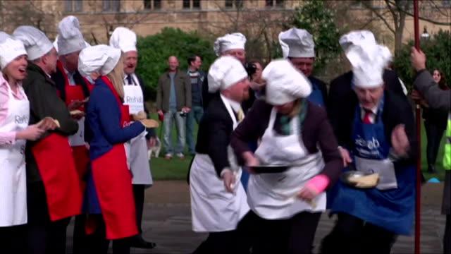 vidéos et rushes de parliamentary pancake race; england: london: westminster: victoria tower gardens: ext general views of parliamentary pancake race / lord redesdale... - mardi gras fête religieuse