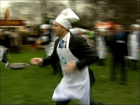vidéos et rushes de parliamentary pancake race; race underway: - mardi gras fête religieuse