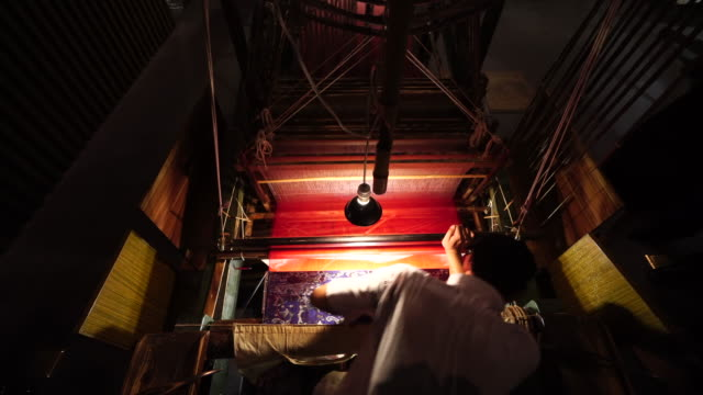 stockvideo's en b-roll-footage met shu brocade, specifically refers to the silk weaving jacquard brocade produced in ancient sichuan area. it has a history of two thousand years, among... - weefgetouw