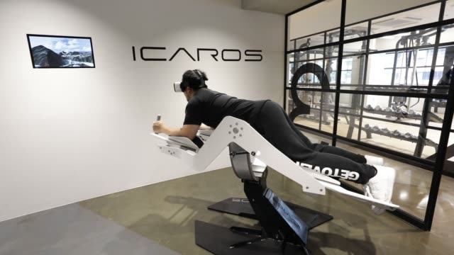 vidéos et rushes de shuhei miyajima a personal trainer left explains the use of the icaros vr fitness machine manufactured by icaros gmbh and wears a samsung electronics... - casque téléphonique
