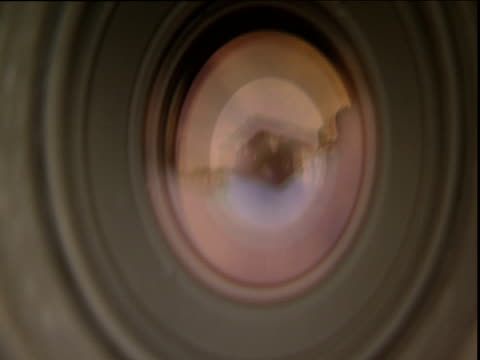 vidéos et rushes de shutter closing and opening on camera - verre optique
