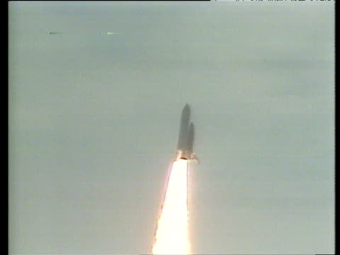 stockvideo's en b-roll-footage met shuttle lifts off from launch pad in huge cloud of smoke ascends with flames trailing usa shuttle test flight 12 apr 81 - ruimte exploratie