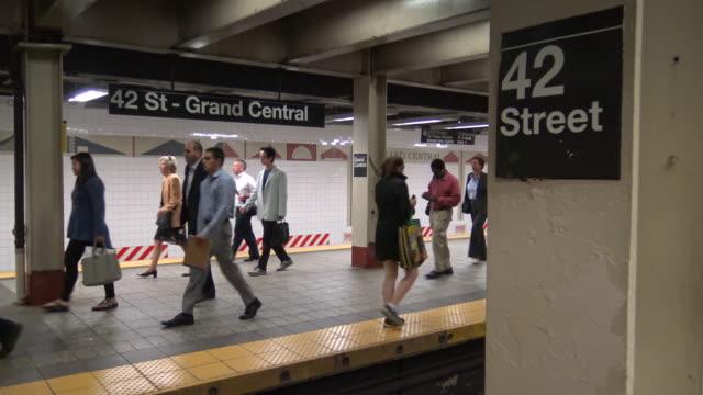 """vidéos et rushes de shuttle subway """"s"""", grand central station, new york city - heure de pointe metro"""