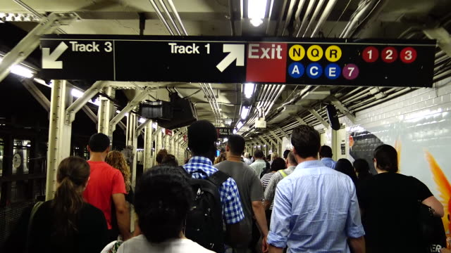 "stockvideo's en b-roll-footage met pov, shuttle subway ""s"", times square, new york city - metro platform"