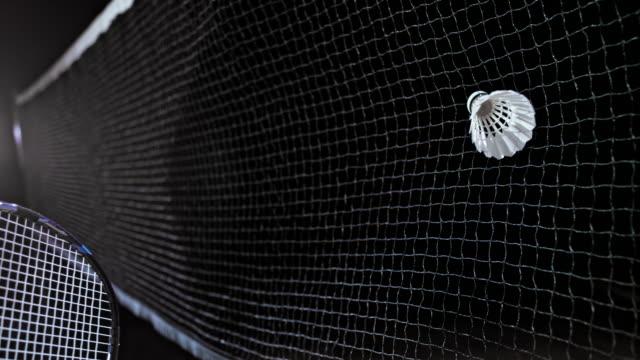 vidéos et rushes de slo mo volant étant frappé dans le filet - badminton sport