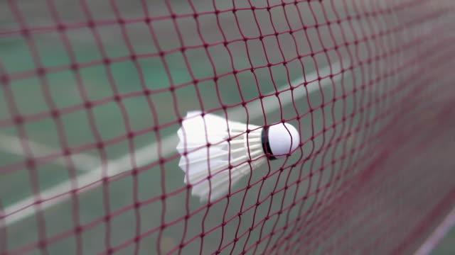 vidéos et rushes de shuttlecock frappe dans le filet. - badminton sport