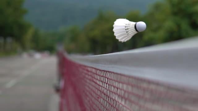 vidéos et rushes de shuttlecock frappe le filet. - badminton sport