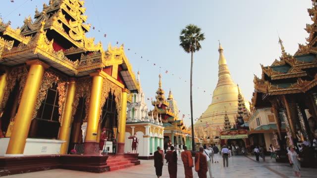 vidéos et rushes de shwedagon pagoda temple, burma / rangoon, burma  - vêtement religieux