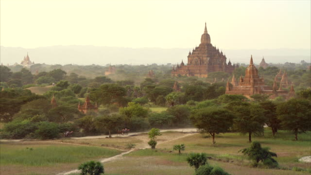 stockvideo's en b-roll-footage met shwesandaw travel view point horse cart caravan golden light in bagan, myanmar - pagode