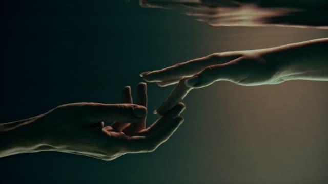 vídeos de stock e filmes b-roll de shy, sensual touch. underwater romance - tocar