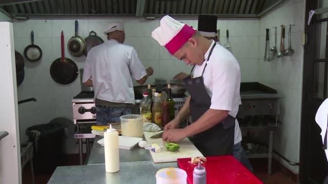 si no hay arroz frijoles y carnes no hay comida dice una chef en cuba - comida stock videos & royalty-free footage