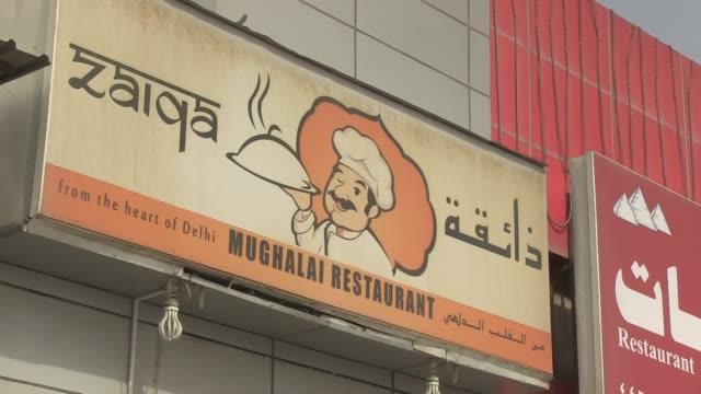 ¡si tiene hambre y no tiene dinero venga a comer gratis - restaurante stock videos & royalty-free footage