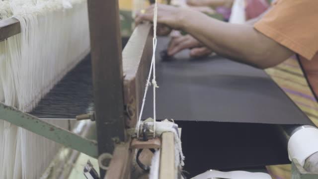 siamese hand vävning bomull - väva bildbanksvideor och videomaterial från bakom kulisserna