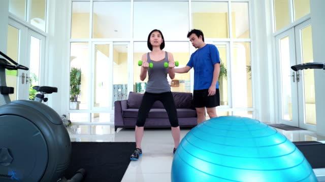 シアン女性トレーニング、squat エクササイズ、パーソナルインストラクター