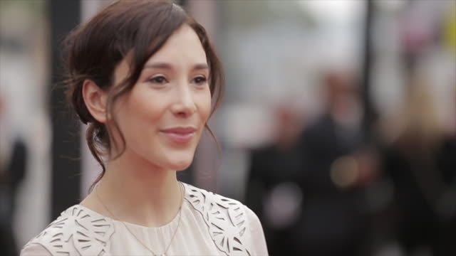 sibel kekilli posing for paparazzi on the red carpet at the tlc chinese theater - tlc chinese theater bildbanksvideor och videomaterial från bakom kulisserna